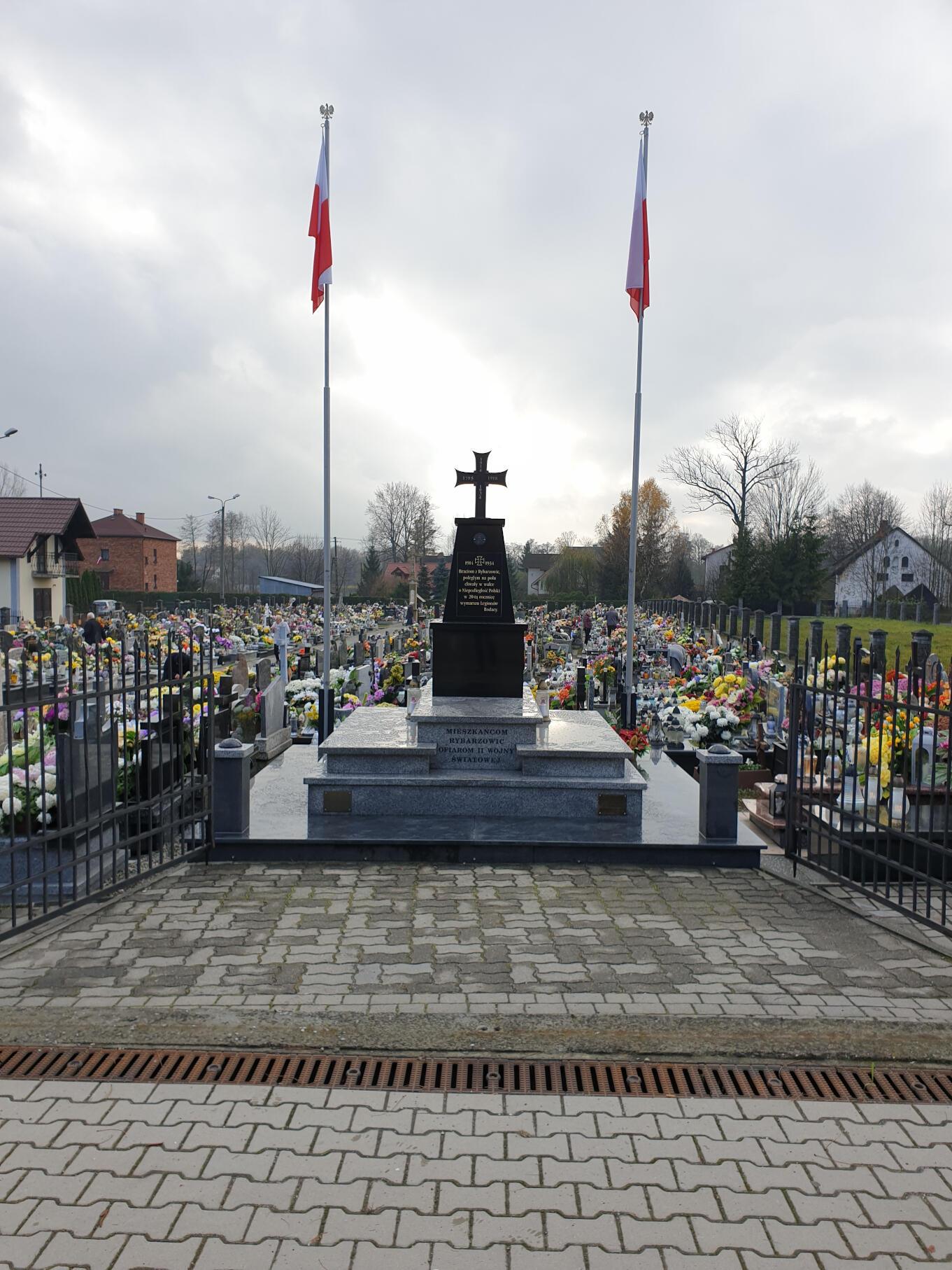 Pomnik mieszkańców Rybarzowic którzy polegli podczas drugiej wojny światowej