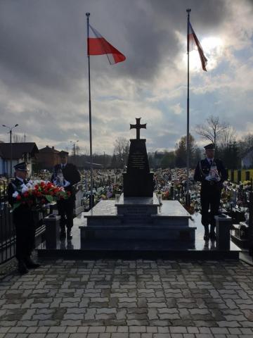 Strażacy przy pomniku