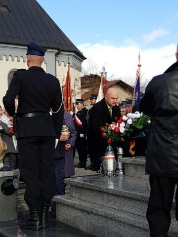 Zastępca wójta gminy Buczkowice oddaje cześć poległym