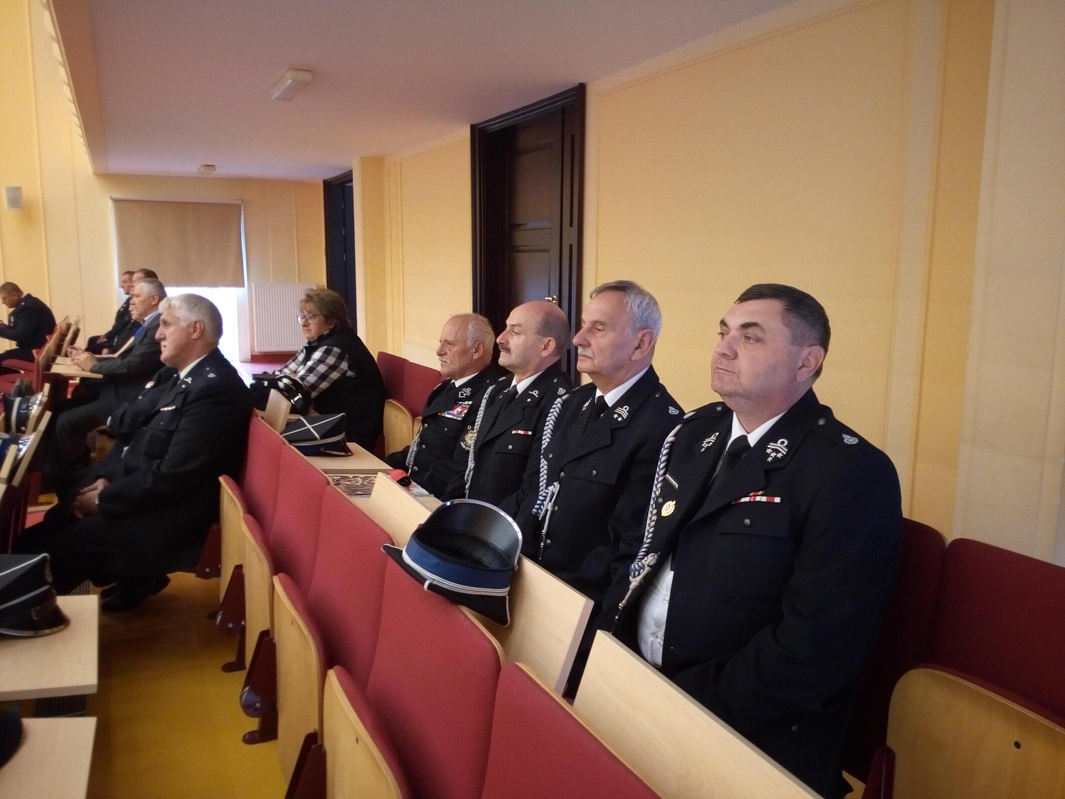 Uczestnicy wysłuchują przemowy