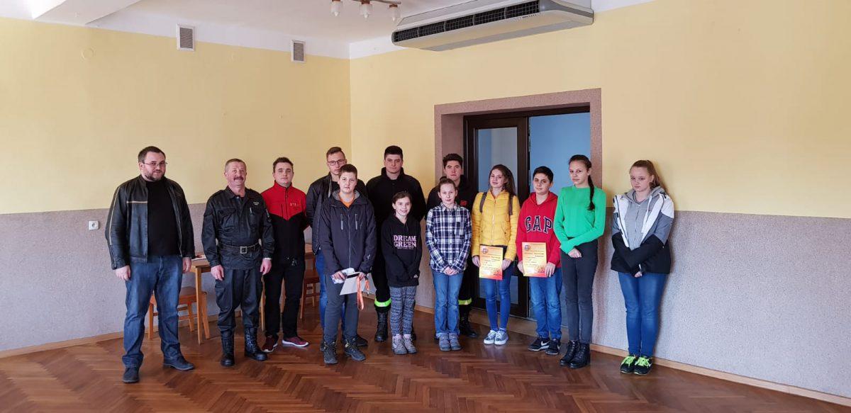 Uczestnicy turnieju wraz z organizatorami