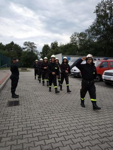 Marsz strażaków i salutowanie Komendantowi Głównemu