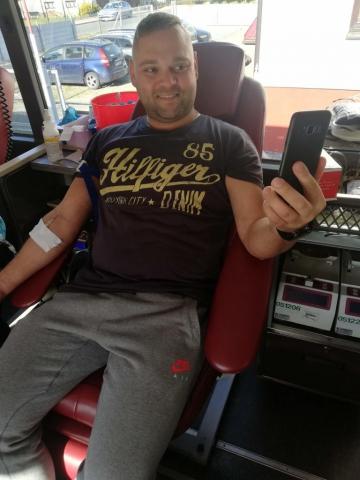 Mężczyzna oddający krew