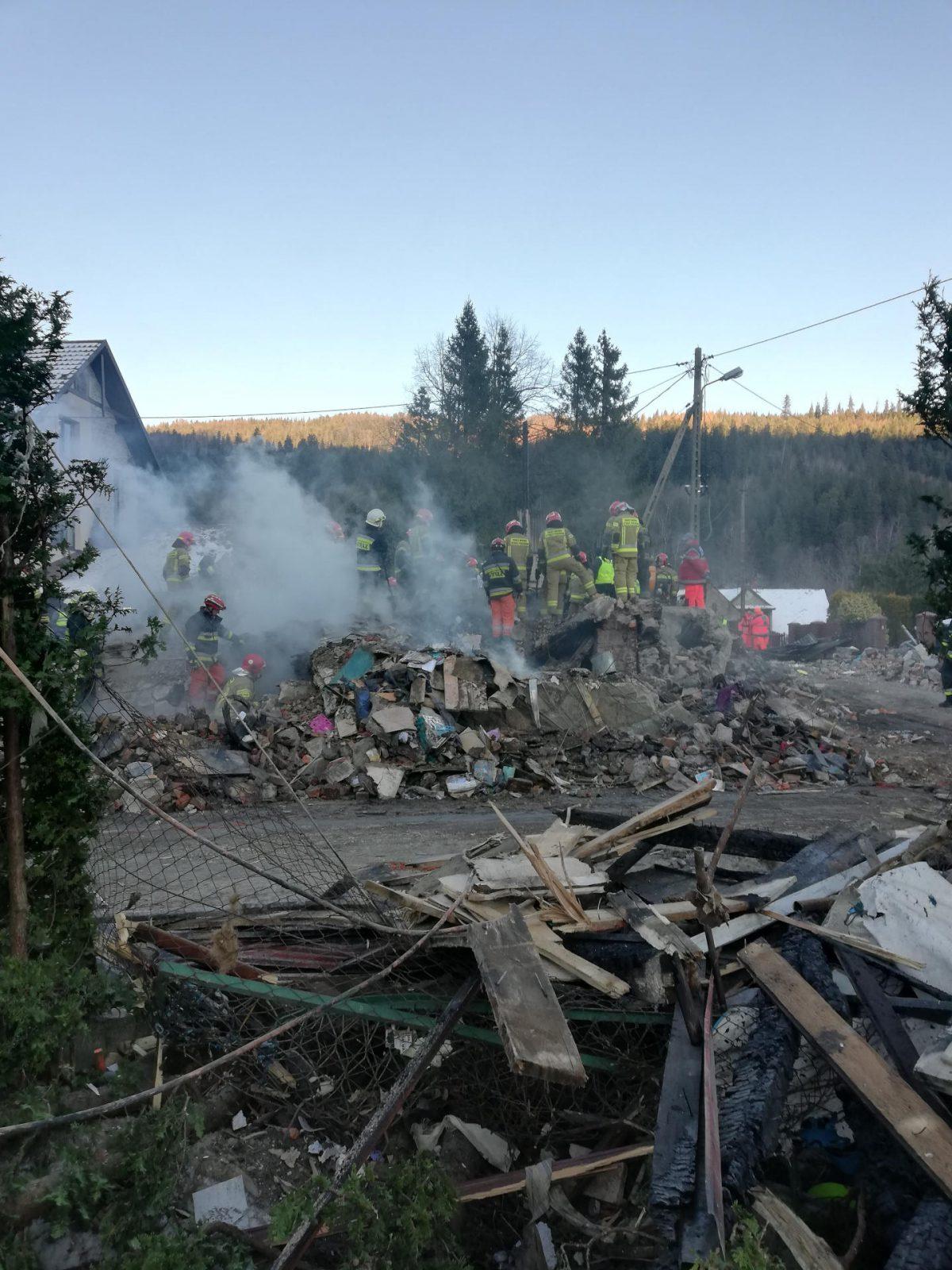 Przeszukiwanie gruzowiska po katastrofie domu rodzinnego w Szczyrku