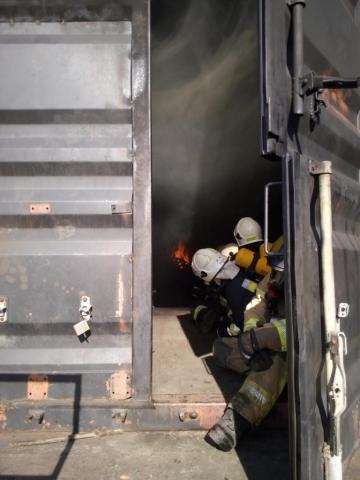 Strażacy ugaszają ogień w komorze