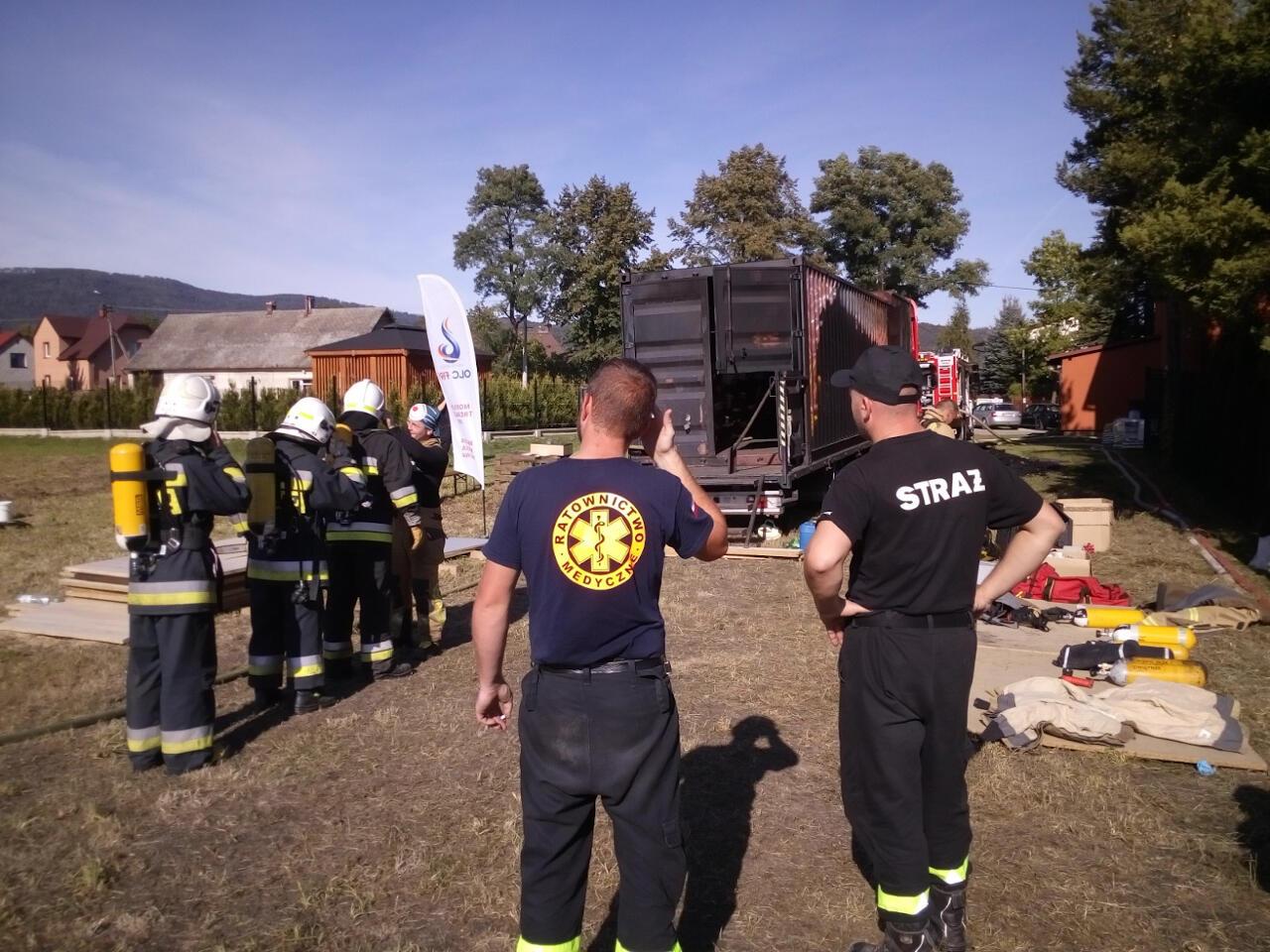Strażacy przygotowują się do ugaszania ognia w komorze