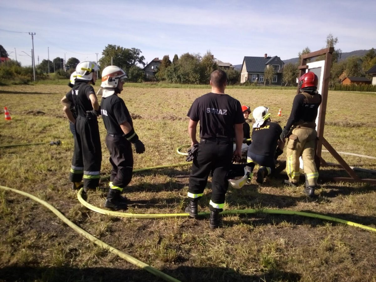 Strażacy podczas ćwiczeń wejścia do budynku