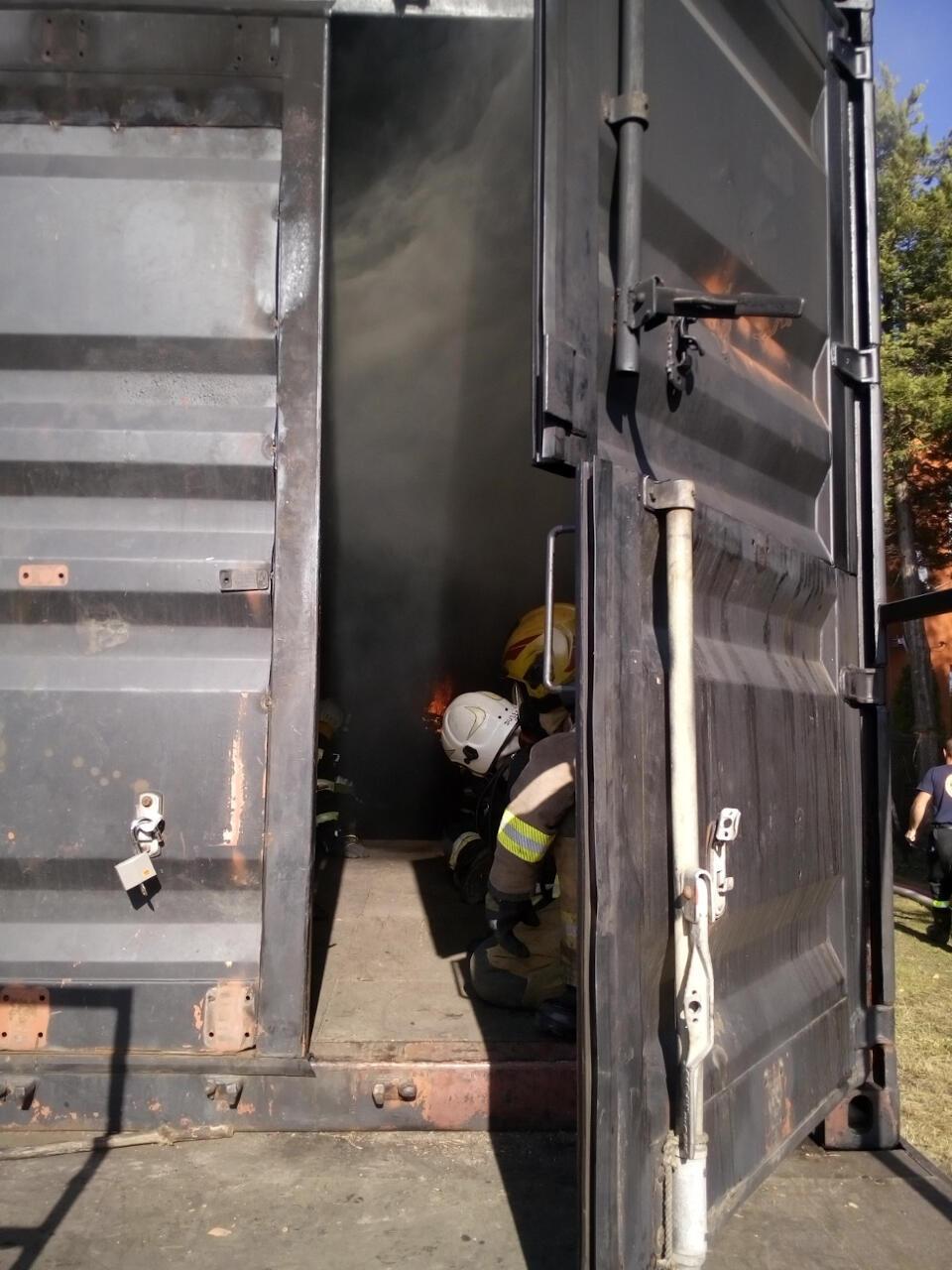 Strażacy ugaszają ogień w komorze ogniowej