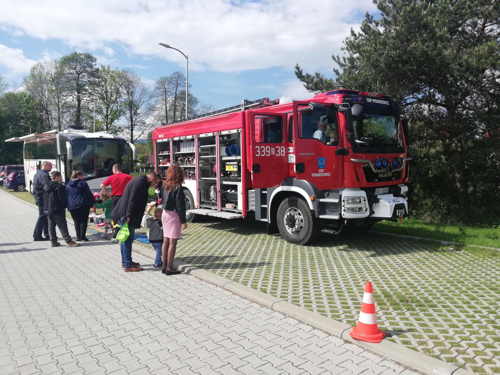 Strażacy porządkują miejsce ćwiczeń z udzielania pierwszej pomocy