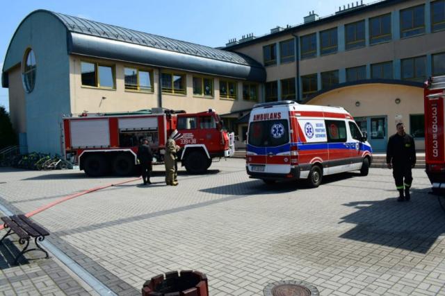Pokazy ewakuacyjne przy szkole w Rybarzowicach