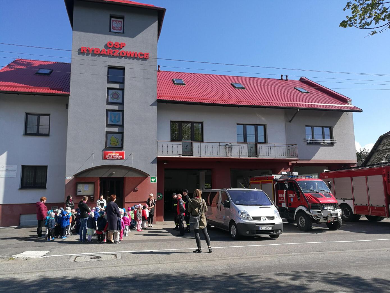 Przedszkolaki przed budynkiem strażnicy