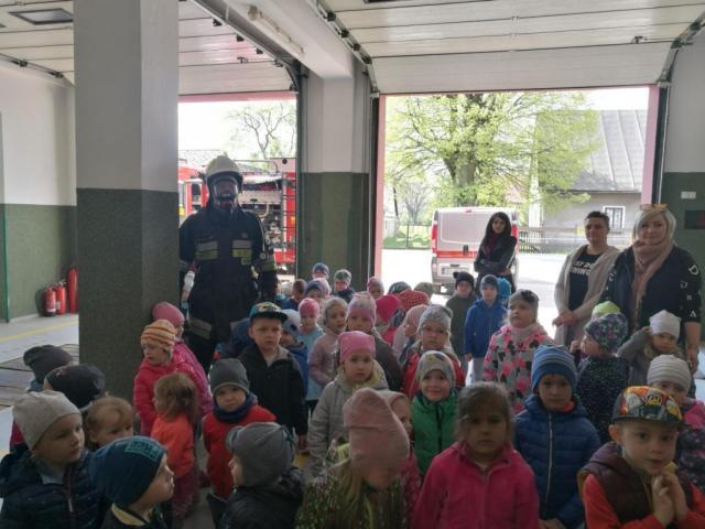 Przedszkolaki w garażu strażnicy
