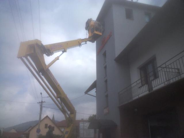Dźwig wznoszący serwisantów na dach strażnicy