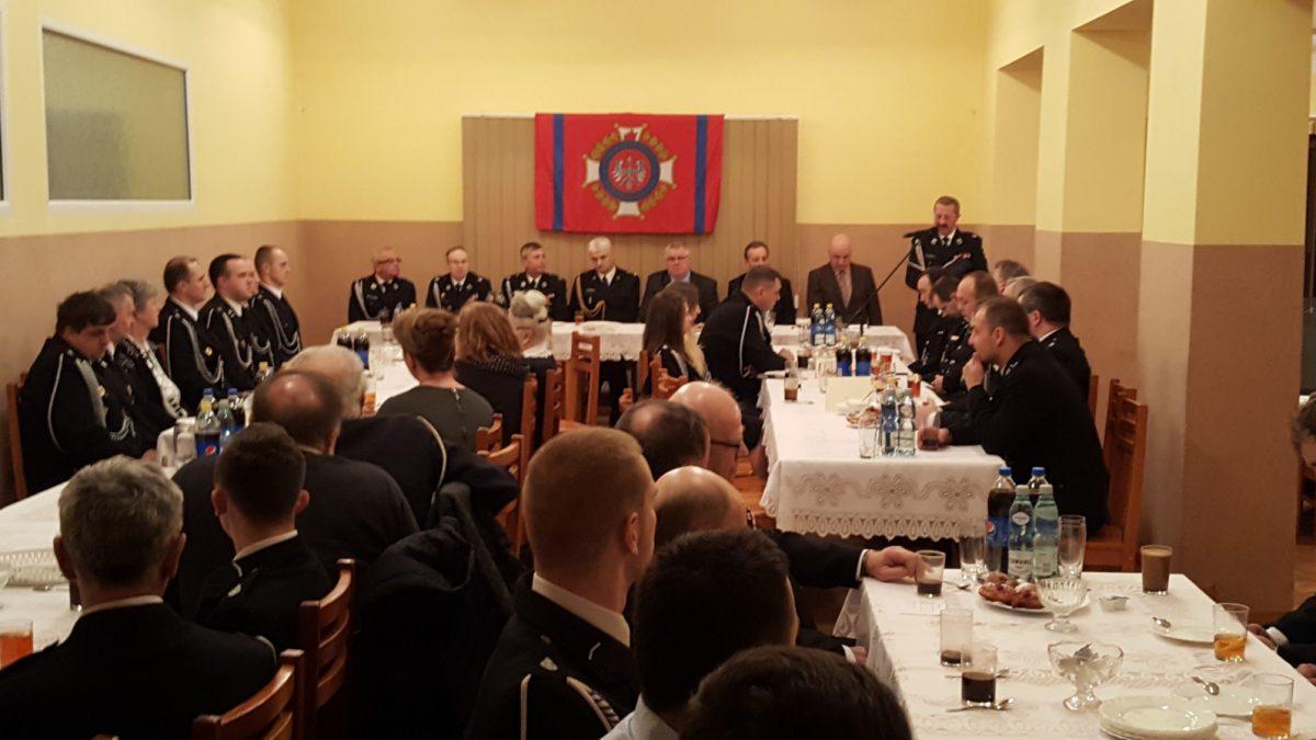 Prezes Stanisław Górny przemawia do osób zgromadzonych na sali