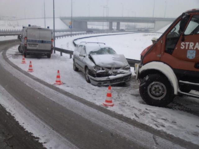 Wypadek pojazdu na drodze szybkiego ruchu - na zdjęciu radiowóz, uszkodzony w wypadku pojazd osoby i samochód strażacki