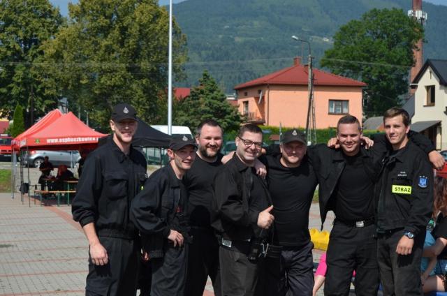 Zdjęcie grupy strażaków biorących udział w zawodach