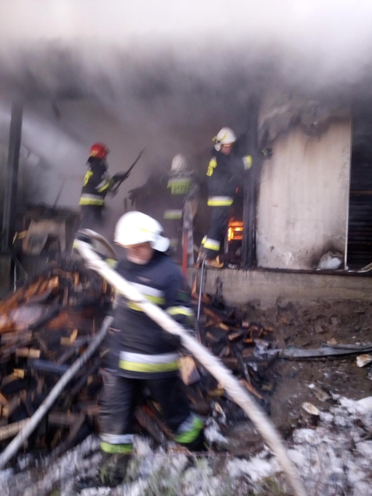Strażacy usuwają szkody powstałe w wyniku pożaru