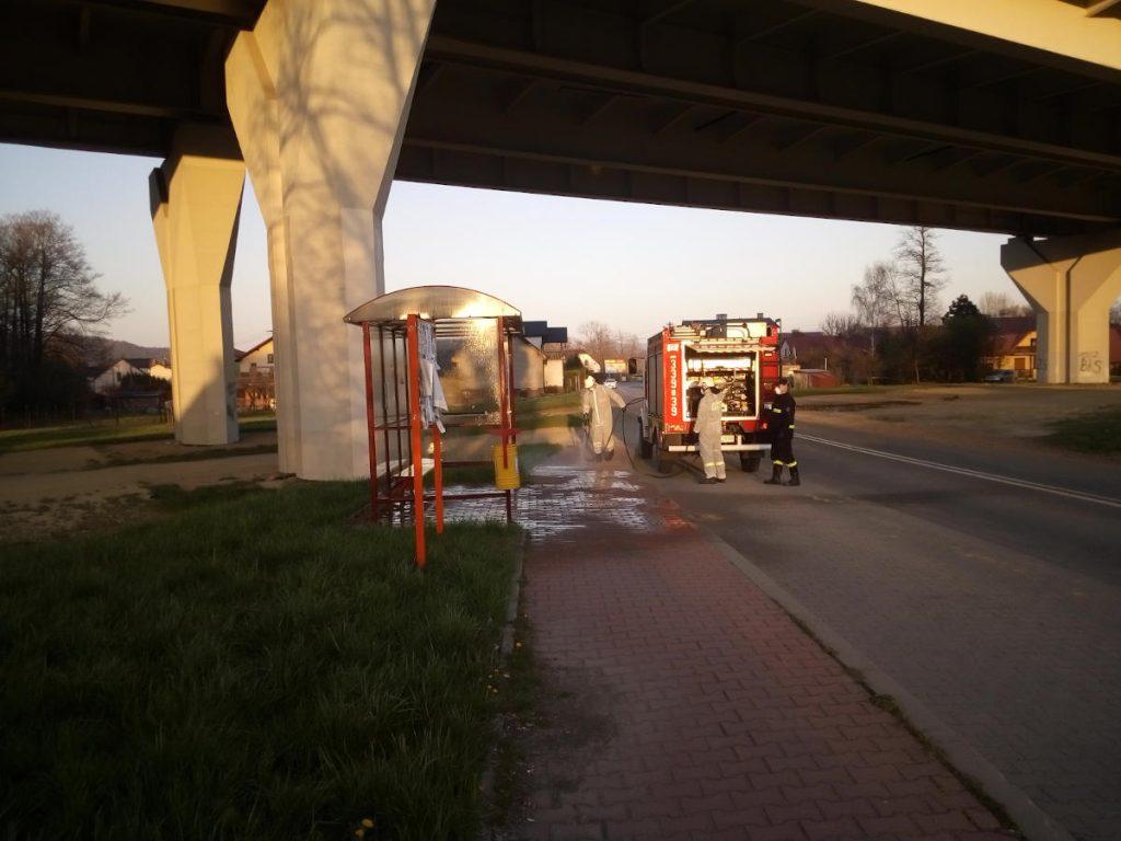 Strażacy odkażają przystanek autobusowy