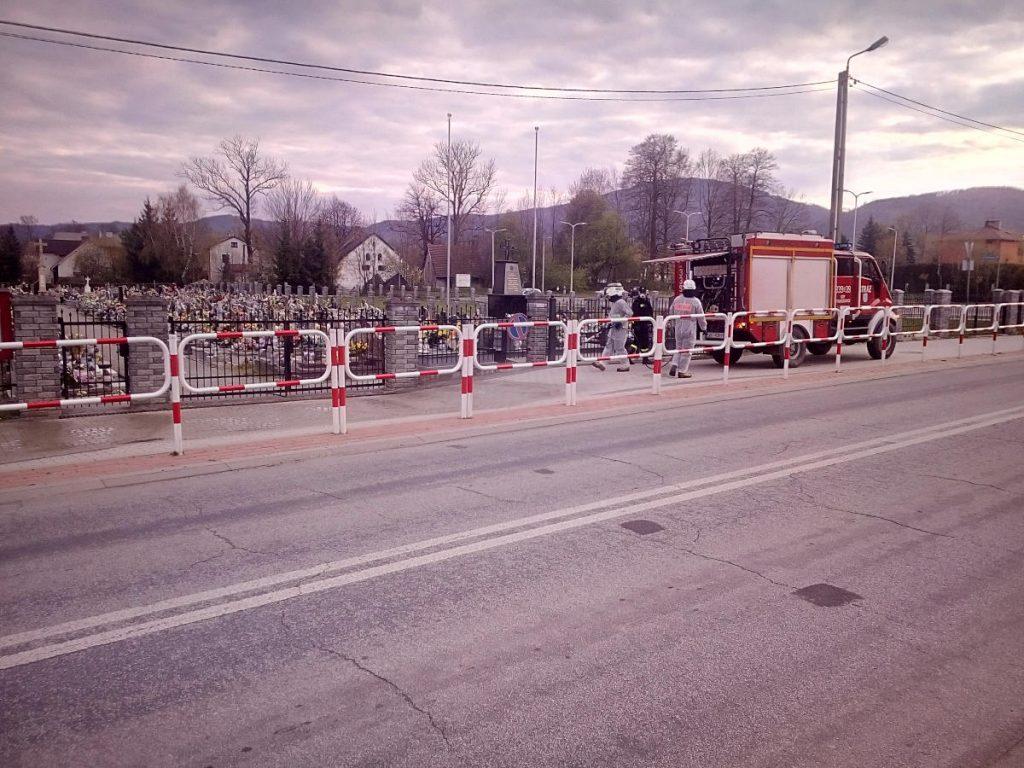 Strażacy przeprowadzają dekontaminację