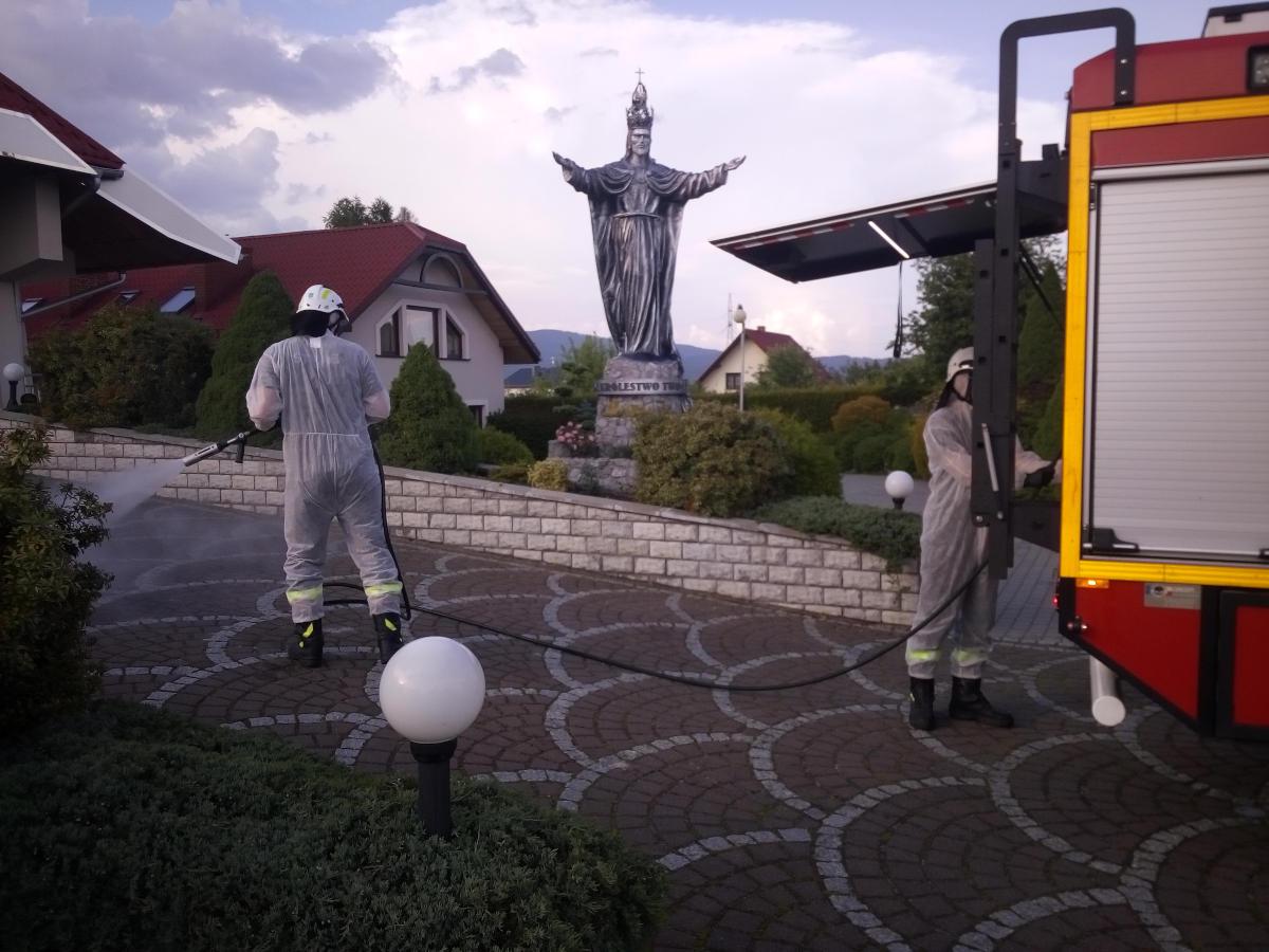 Strażacy wykonują czynności związane z odkażaniem miejsc publicznych