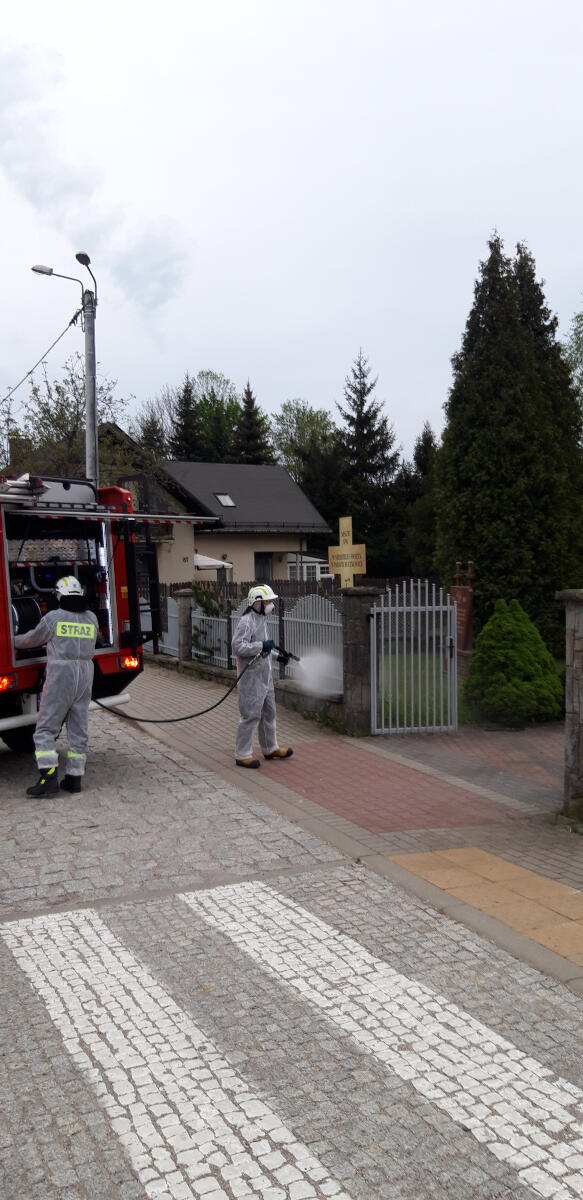 Strażacy odkażają bramę wjazdową