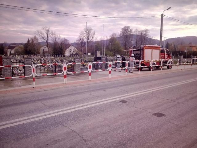 Strażacy odkażają obszar przy cmentarzu