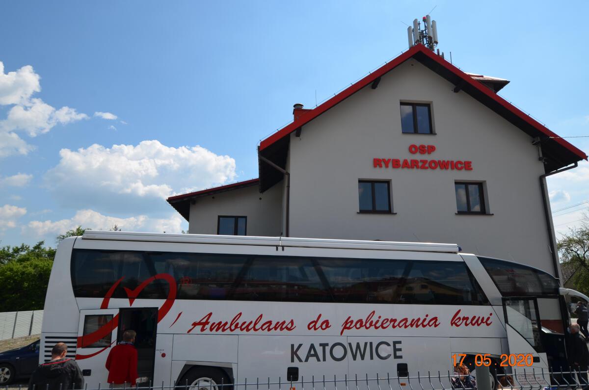 Ochotnicy zmierzają do ambulansu do pobierania krwi