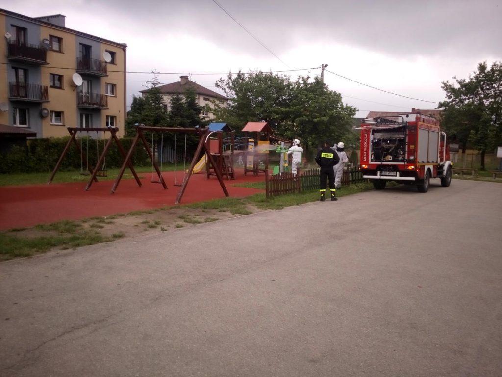 Strażacy odkażają plac zabaw