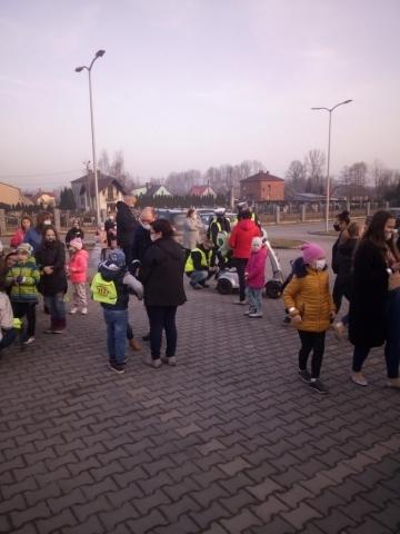 Zbiórka dzieci podczas akcji noszenia odblasków