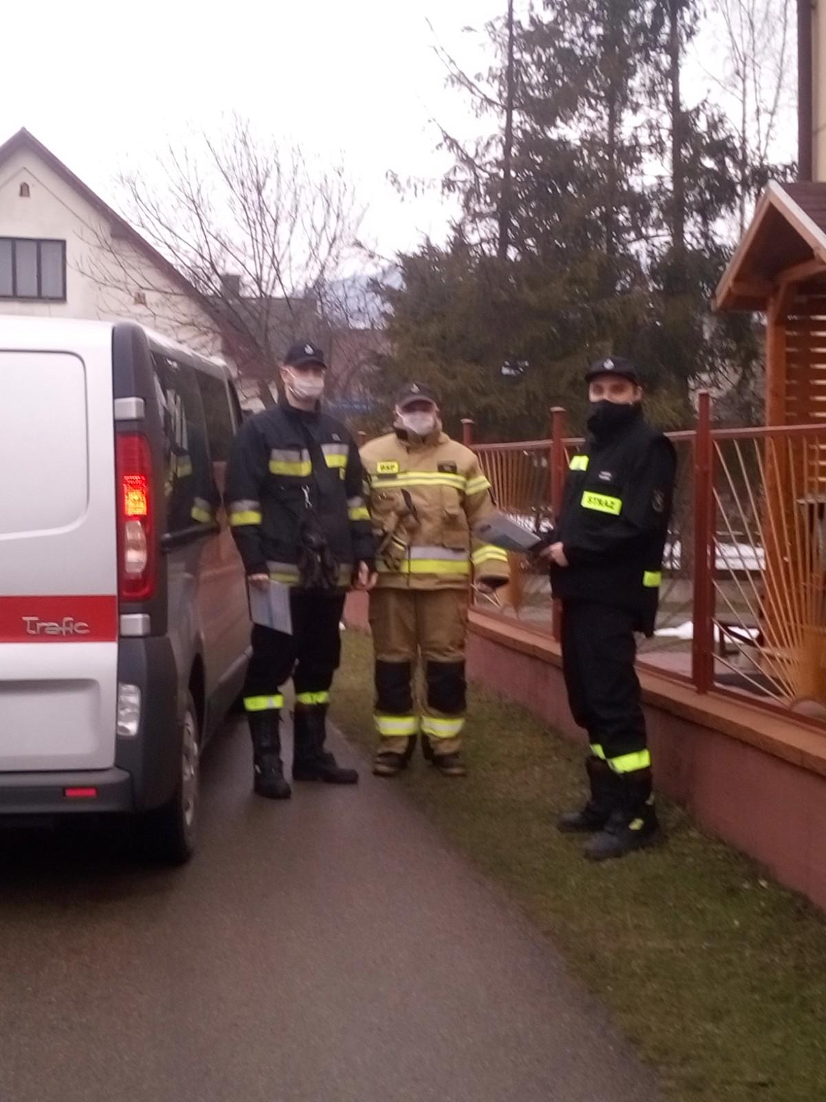 Strażacy pozują do zdjęcia