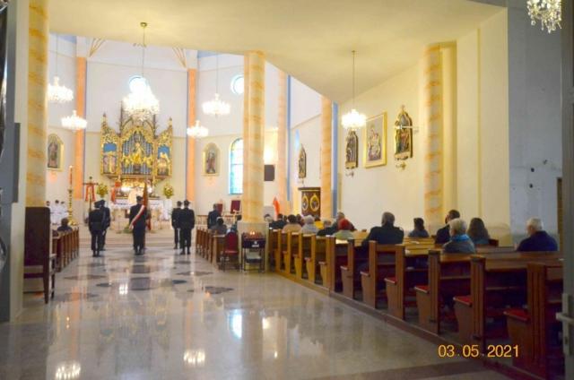 Strażacy oraz pozostali uczestnicy mszy św.