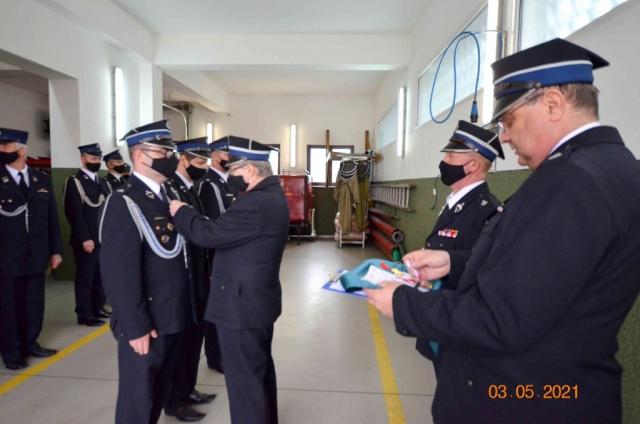 Strażacy otrzymują wyróżnienia