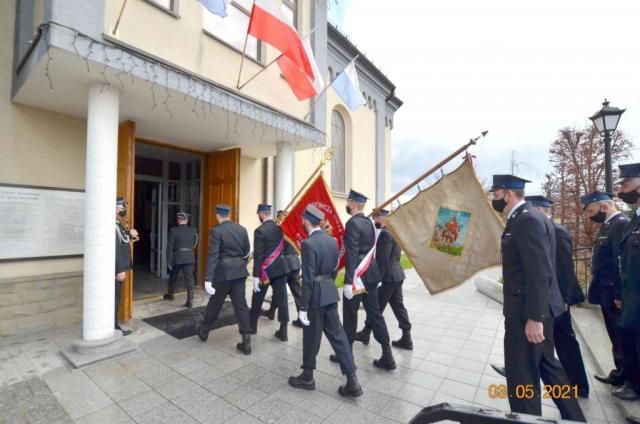 Strażacy udają się do kościoła