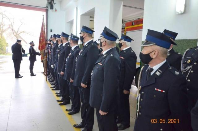 Strażacy spoglądają na wręczanie wyróżnień