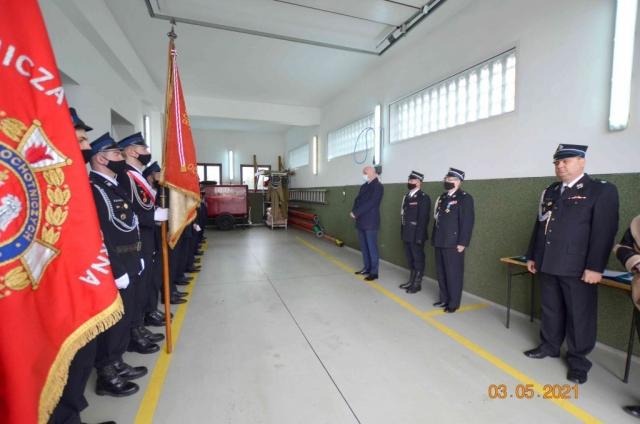 Strażacy oraz zastępca wójta Gminy Buczkowice stoją na baczność