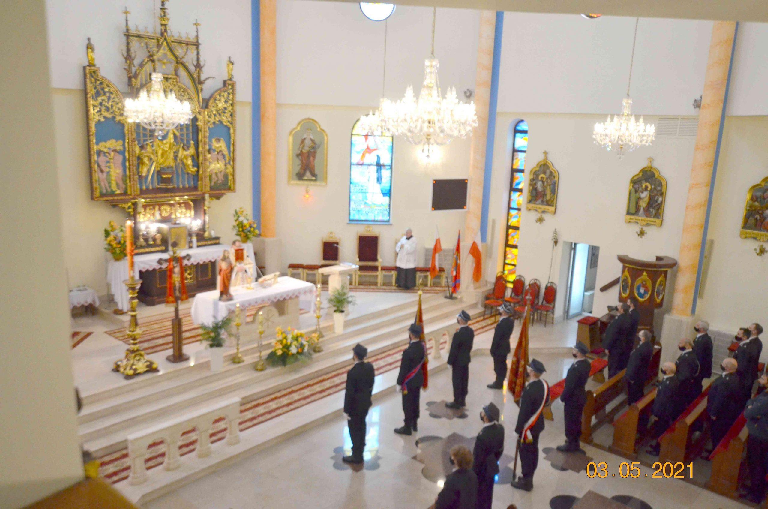 Strażacy biorą udział we mszy św.