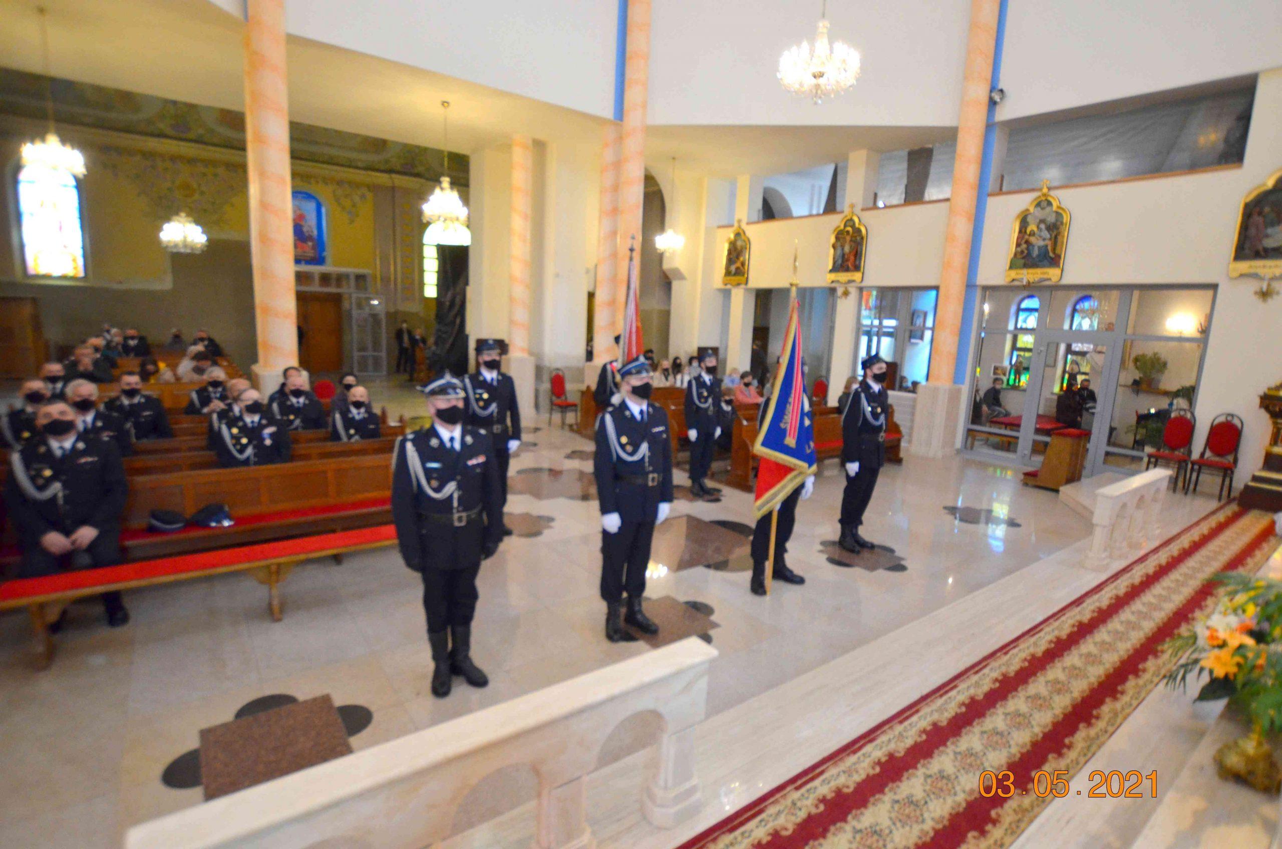 Strażacy stoją na baczność w kościele