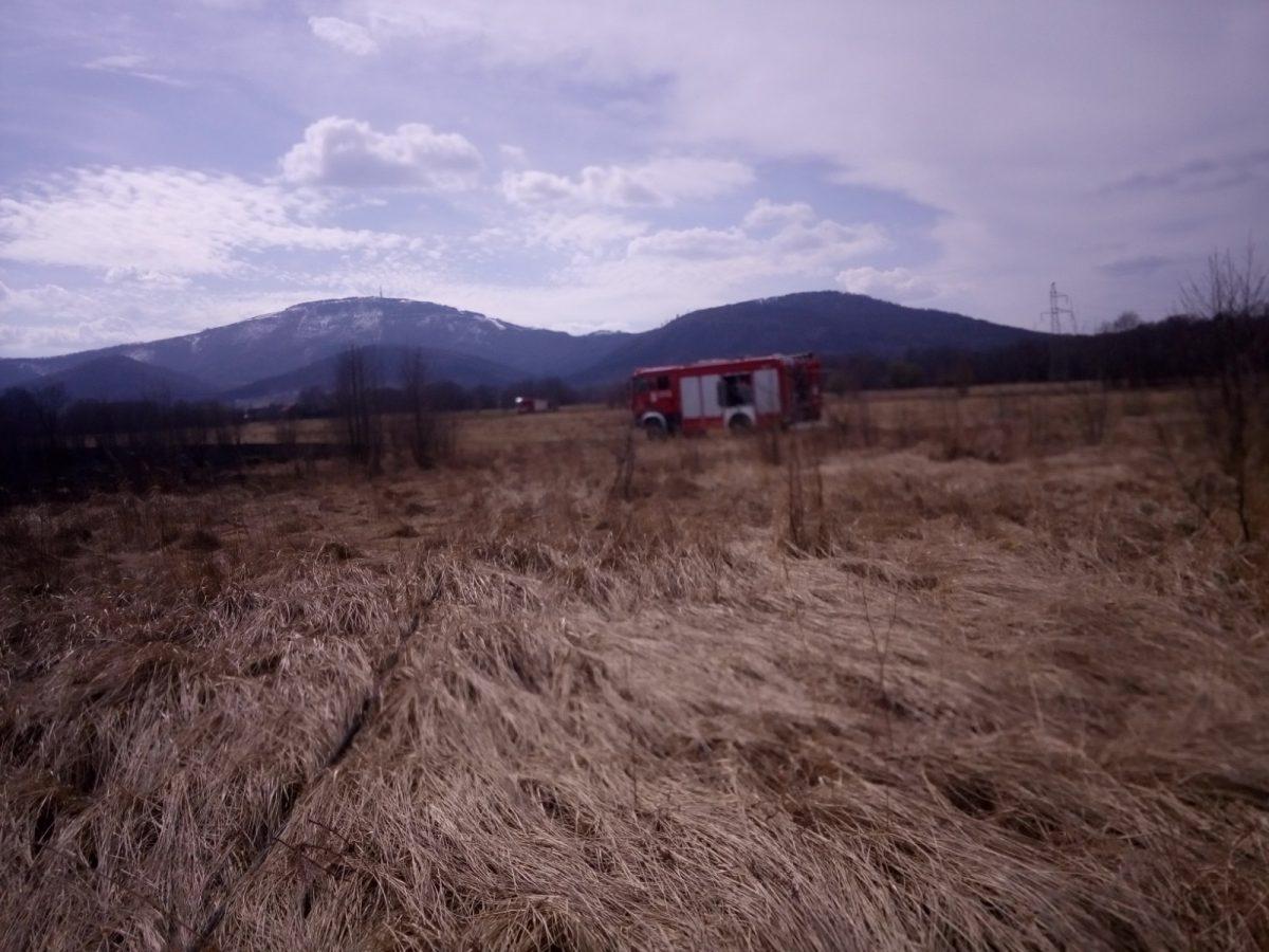Ugaszanie pożaru bali siana