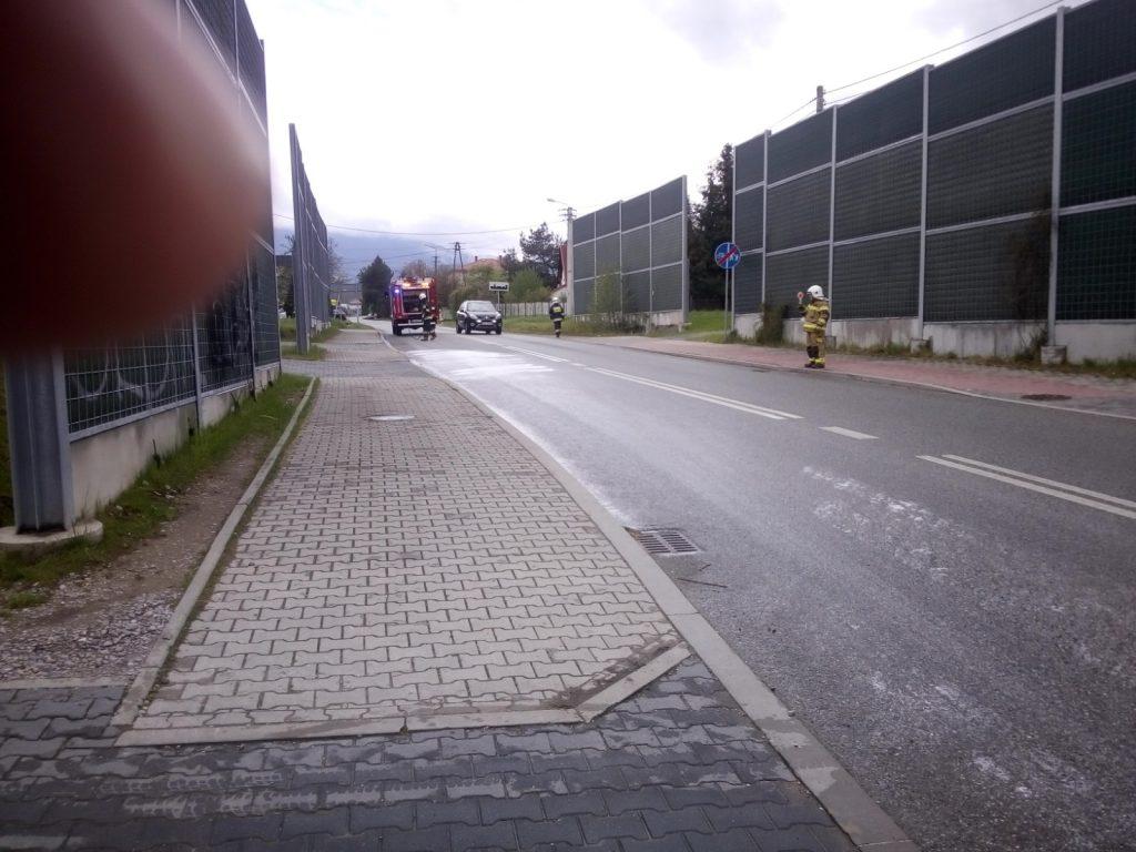 Strażacy usuwają plamę oleju