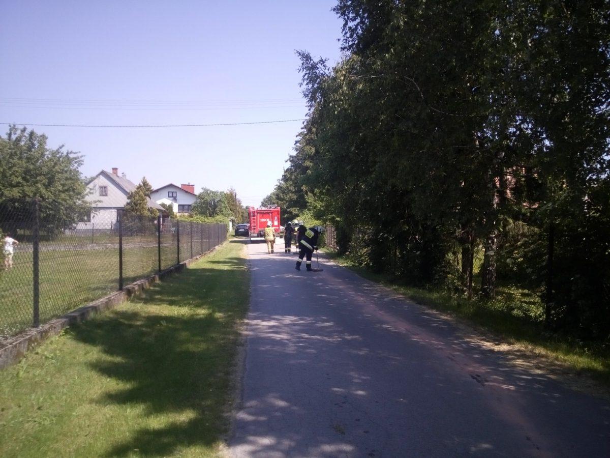 Strażacy likwidują plamy oleju
