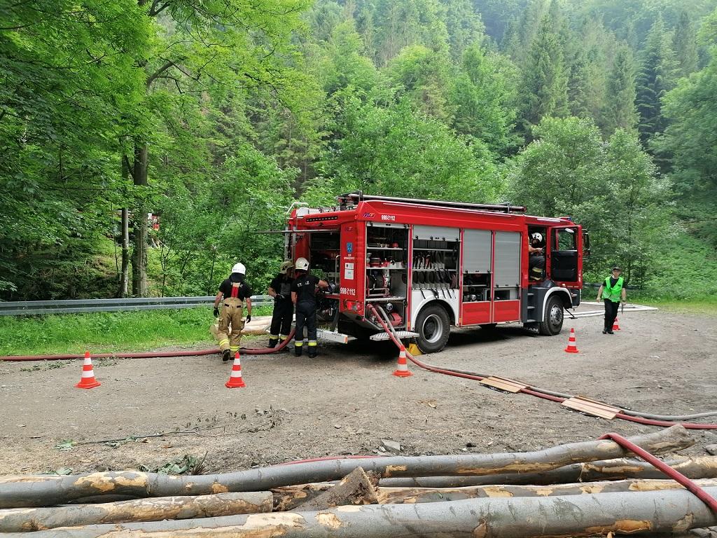 Strażacy prowadzą ćwiczenia z wozem strażackim